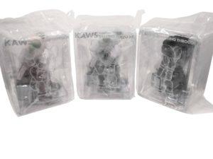 KAWS Companion Vinyl Figure Passing Through Set Black Grey Brown - Baer & Bosch Auctioneers